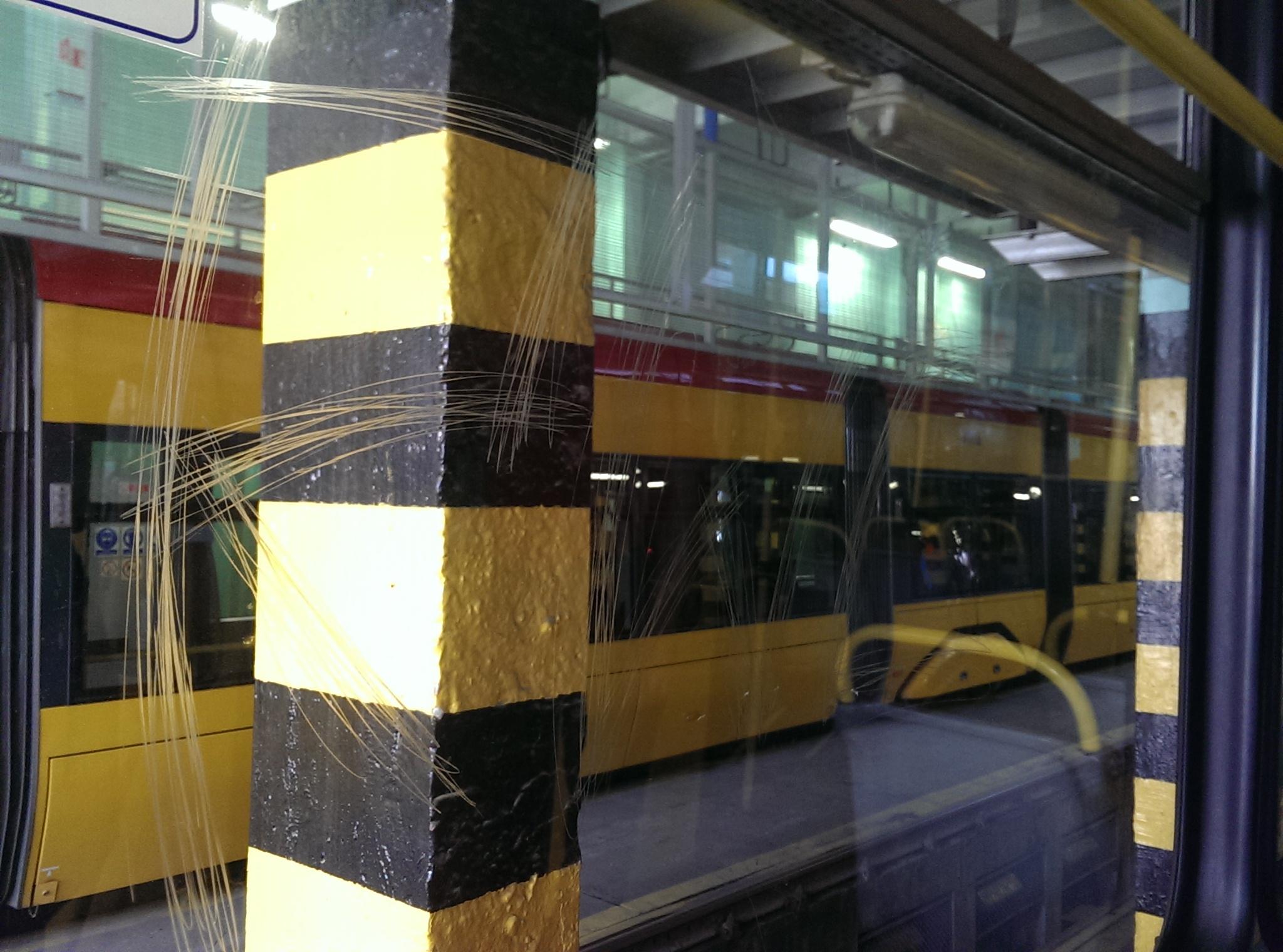 Polerowanie szyb w tramwaju