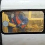 usuwanie rys na szybie metro