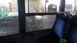 porysowana szyba w autobusie