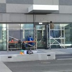 Usuwanie rys z fasad szklanych